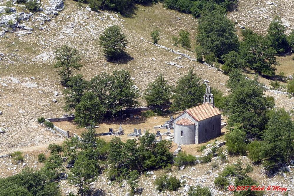 kostelík v horské pustině