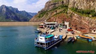 """Albánie, přístav Koman a """"naše"""" loď Rozafa"""