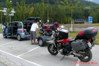 vykládání motorky v Brucku
