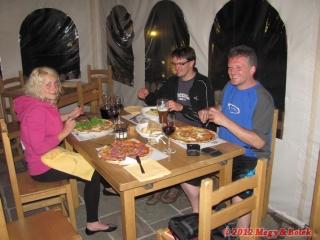 večeře v pizerii v Ossaně